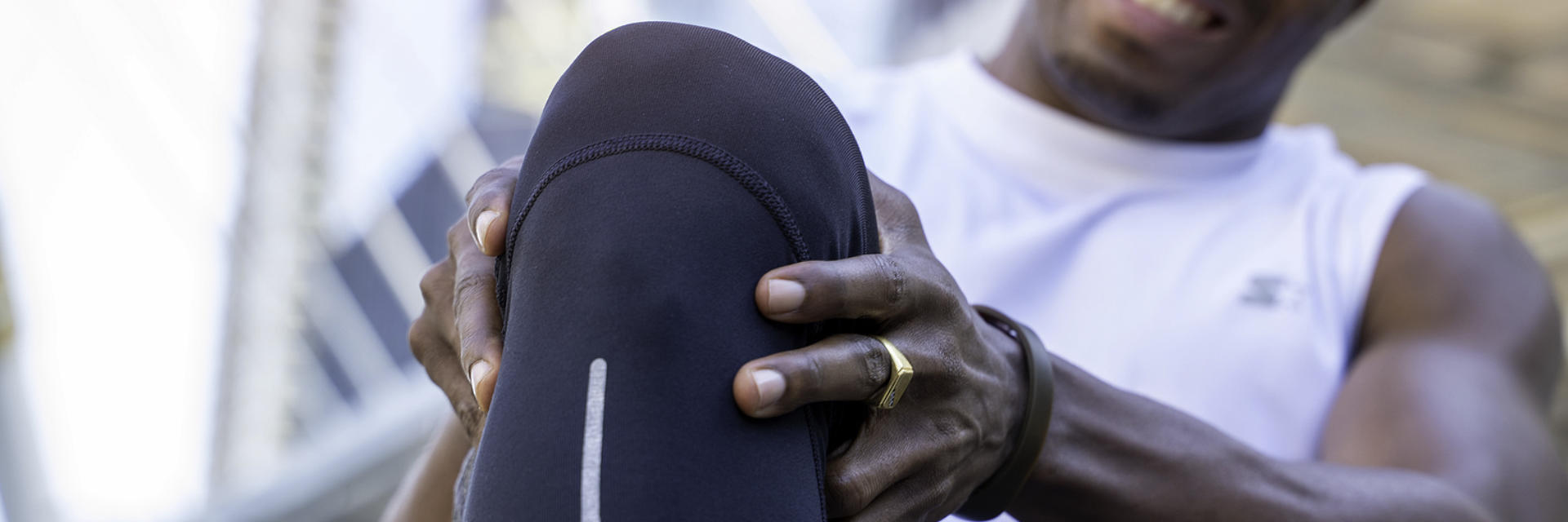 An athlete man with a severe knee pain.